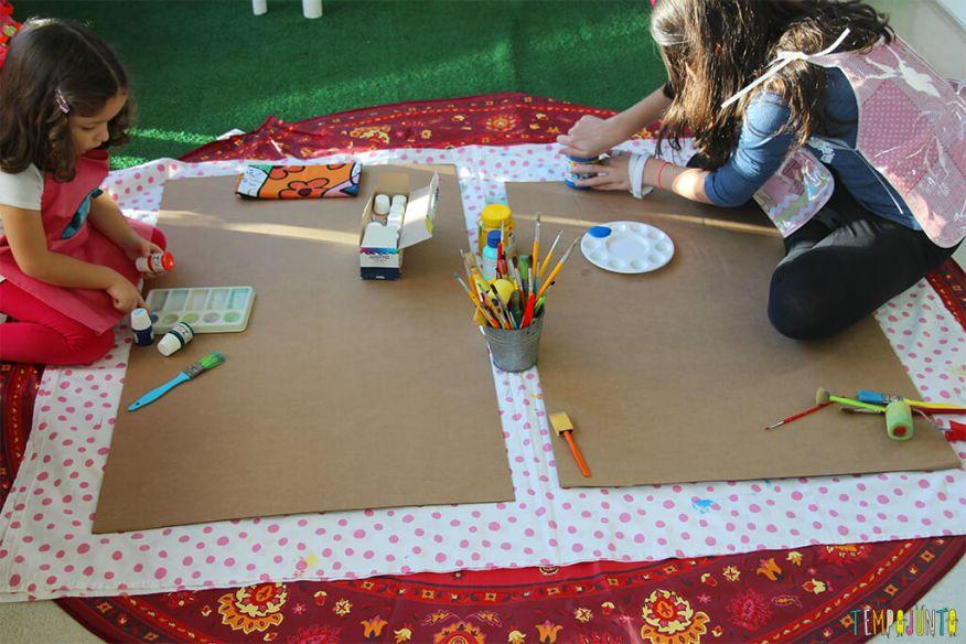 Atividade de artes para estimular a brincadeira de imaginação - gabi e carol com os materiais