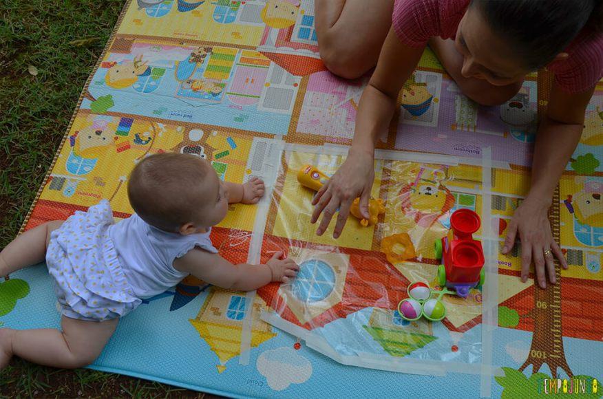Brincadeira sensorial que ajuda o bebê a ficar de bruços - Luisa brincando com a mae 2