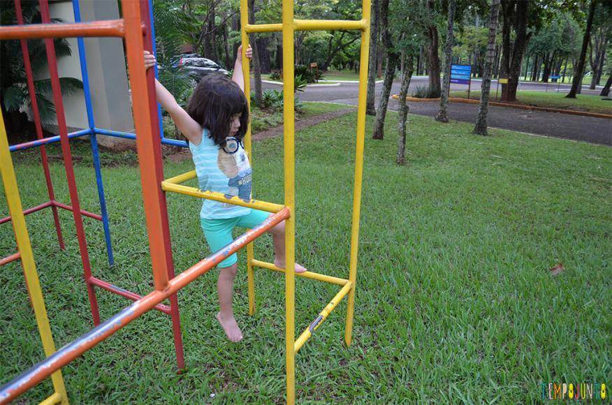 Estimular o equilíbrio pela brincadeira das crianças de 3 meses a 10 anos_larissa pendurada