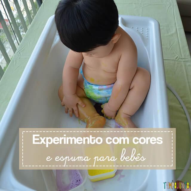 Brincadeira sensorial com espuma colorida para bebês
