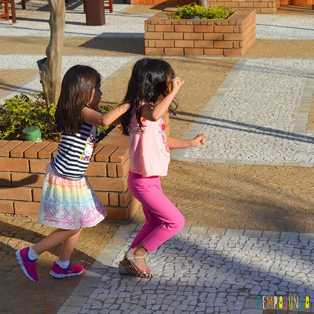 Noção de direção com a brincadeira do trem desgovernado - meninas andando