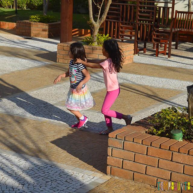 Noção de direção com a brincadeira do trem desgovernado - meninas correndo com o trenzinho