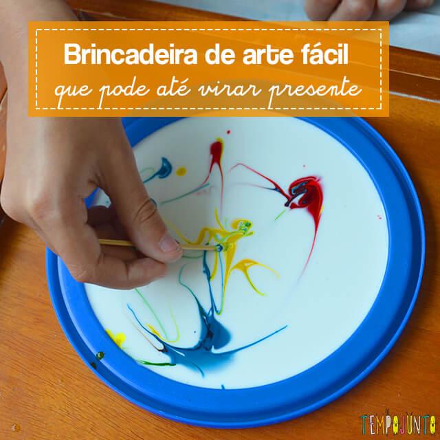Uma pintura com corante e cola para crianças