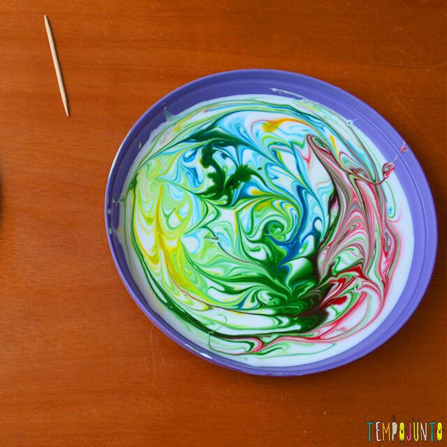 Uma pintura com corante e cola para crianças - desenho pronto