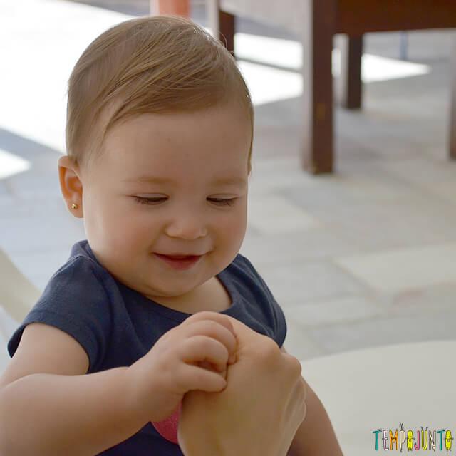 Esconde-esconde de dedão para estimular o cérebro do bebê - luisa sorrindo