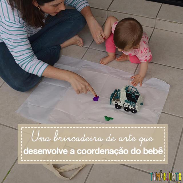 Experimento com o bebê: usar objetos inusitados para pintar