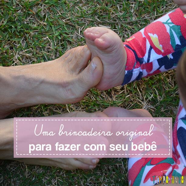 Brincadeira sensorial para bebês usando os pés