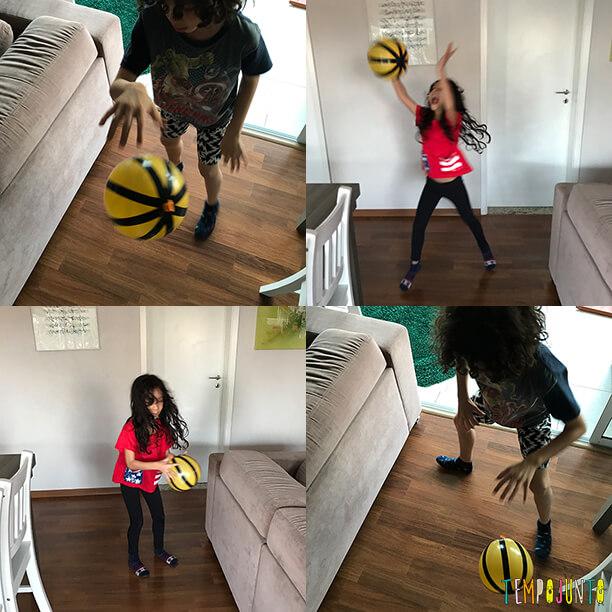 crianças brincando com bola de basquete de bexiga na sala