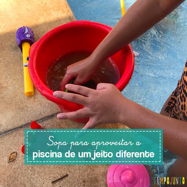 Brincadeira simples de imaginação para crianças pequenas na piscina