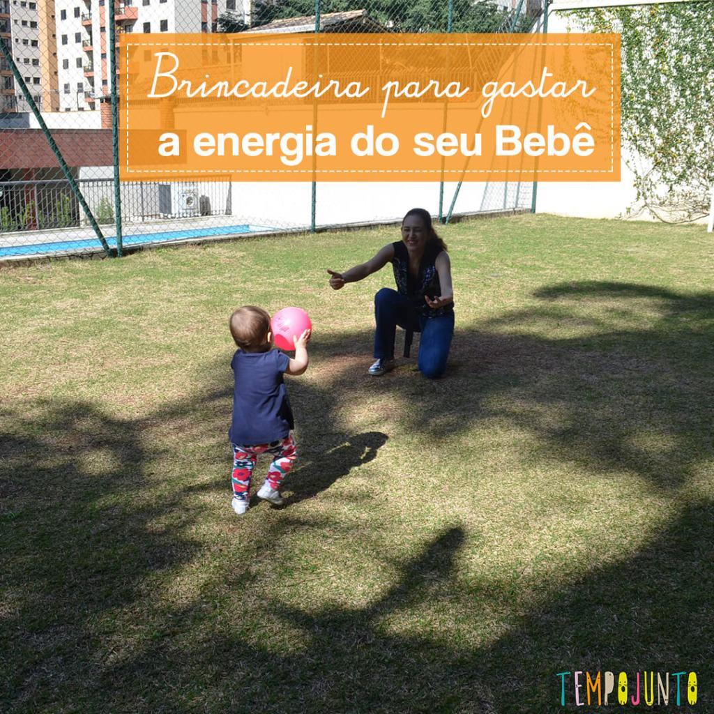 Brincadeira com o bebê e a bola que estimula andar e correr