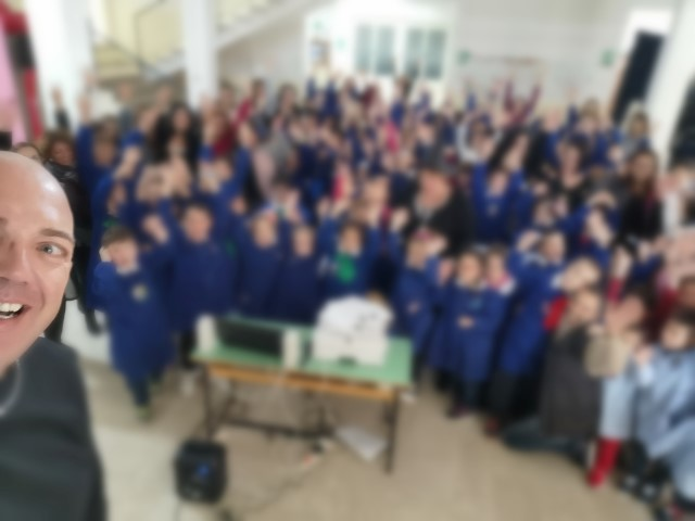 Formia / Il dj Ulisse Marciano dona oltre 100 libri alla scuola primaria Milani - Temporeale Quotidiano