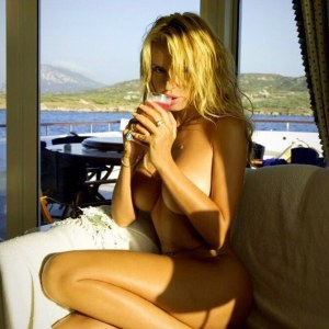 Valeria Marini nuda sulla barca