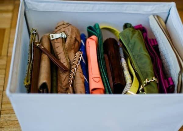 Utilisez des bacs pour ranger vos petits sacs