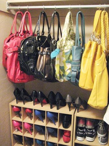 Dans votre placard, utilisez des crochets de douche pour suspendre les sacs à un support
