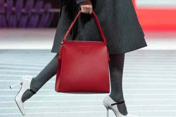 Pour sa collection automne 2020, Prada s'inspire de ses archives pour ses sacs