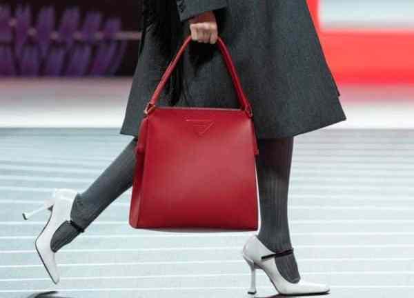 Pour l'automne 2020, Prada s'inspire de ses archives pour ses sacs