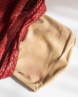 L'intérieur du sac avant nettoyage avec sa trace de stylo et de maquillage