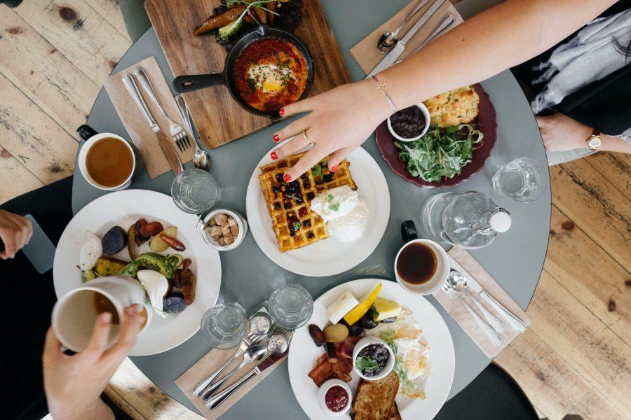 Comida no saludable sobre una mesa