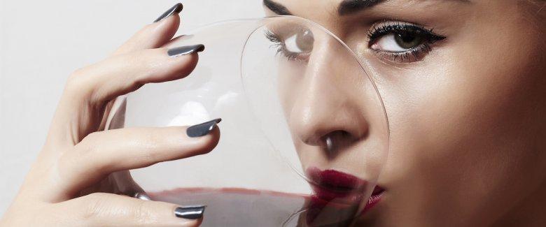 Risultati immagini per donna degustando vino
