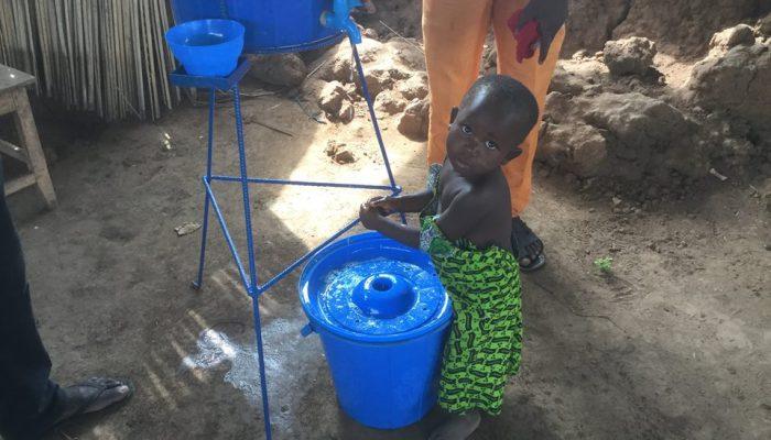 Una bambina prova il dispositivo per il lavaggio delle mani