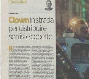 Clown in strada per distribuire sorrisi e coperte del Corriere della Sera