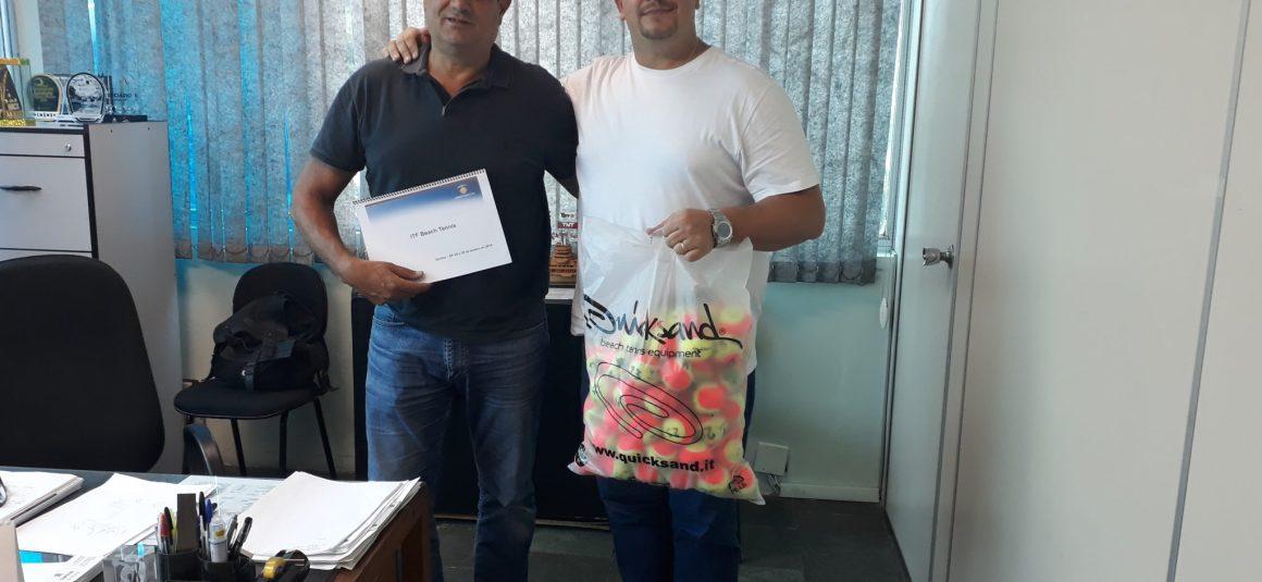 FPT ENTREGA MIDIA KIT DO ITF DE BEACH TENNIS A SECRETARIA DE ESPORTES DE SANTOS