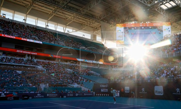 The sun peers through the corner of the stadium during the Roger Federer of Switzerland against Radu Albot of Moldova match at the Miami Open tennis tournament in Miami, Florida, USA, 23 March 2019.  EPA-EFE/RHONA WISE