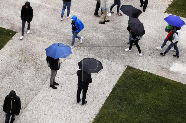 Spectators walk under umbrellas as all matches are suspended due to rain at the Italian Open tennis tournament in Rome, Italy, 15 May 2019.  EPA-EFE/RICCARDO ANTIMIANI