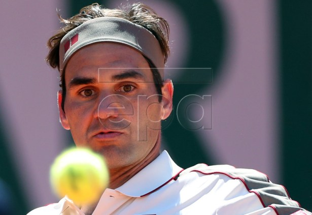 Roger Federer of Switzerland plays Rafael Nadal of Spain during their men?s semi final match during the French Open tennis tournament at Roland Garros in Paris, France, 07 June 2019.  EPA-EFE/SRDJAN SUKI