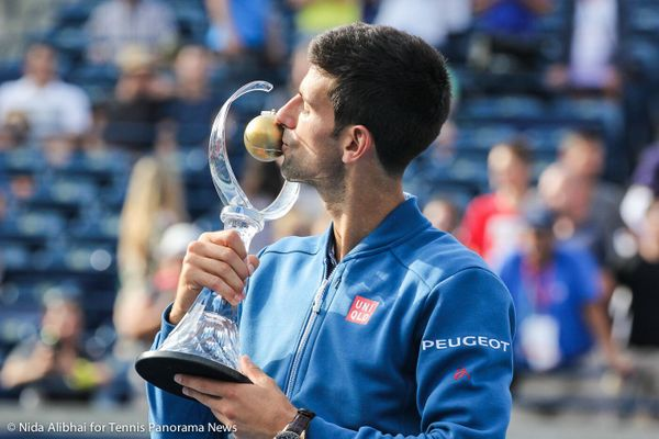 26-Djokovic Kisses trophy