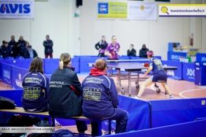 La panchina del Tennistavolo Norbello e sullo sfondo Conciauro combatte con Dzelinska (Max Mocci Fotografia)