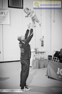 Maxim Kuznetsov scherza con la sua secondogenita prima di entrare in campo (Max Mocci Fotografia)
