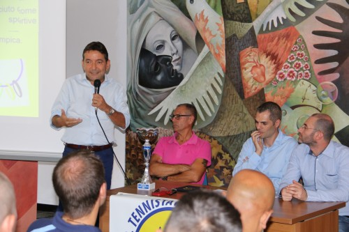 Il giornalista Marco Capponi consegna il Premio Ussi (Foto Gianluca Piu))