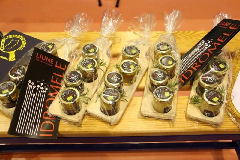 Miele tipico norbellese donato al team tedesco (Foto Gianluca Piu)