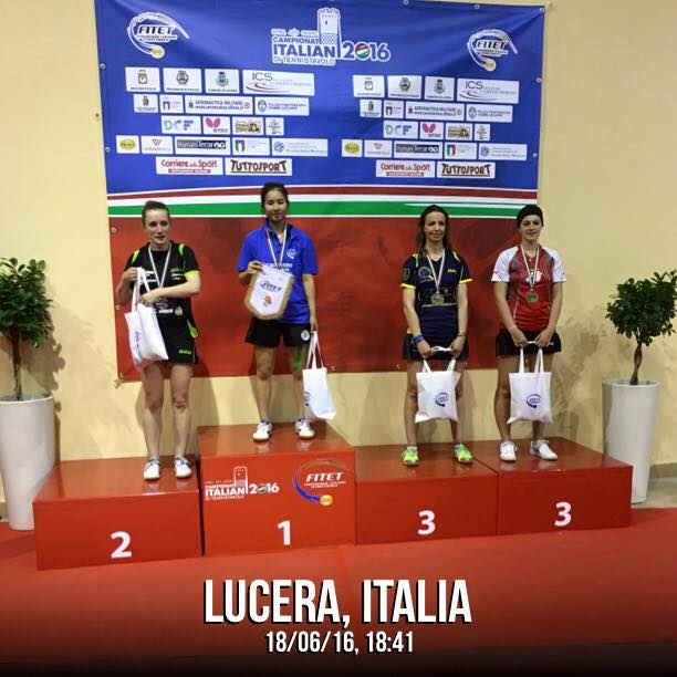 Una sorridente Marialucia Di Meo sul podio dei II categoria a Lucera