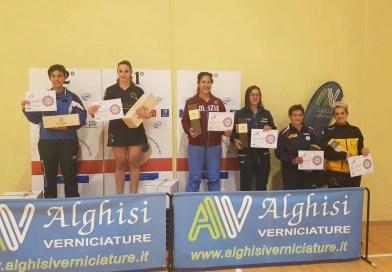 Chiara vince il primo Torneo Assoluto stagionale, nel podio insieme a Giulia.