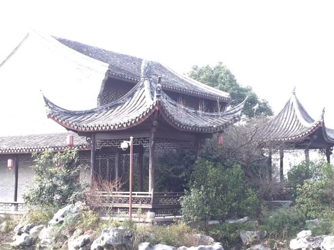 屋根から雑草生えちゃってますが、一応伝統的な建物・・の裏には・・・