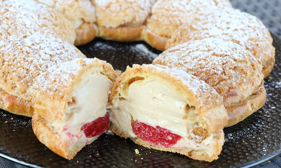 Découpe du Paris-Brest crème de spéculoos fraises framboises