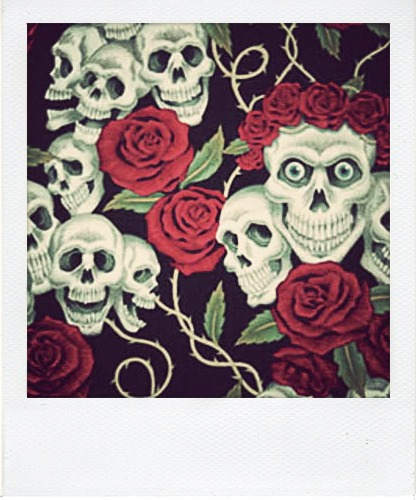 066 ROSE TATTOO: Terrorificas calaveras con rosas rojas sobre fondo negro.