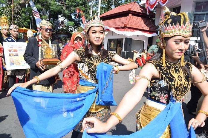 piala-kalpataru-diarak-keliling-kota-malang-sembari-kampanye-less-plastic