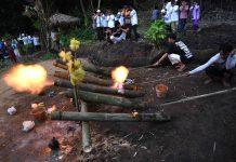 Ngabuburit Bermain Meriam Bambu