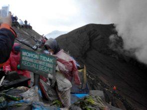Para pemburu sesaji yang dilempar ke kawah Gunung Bromo, mereka memasang perangkap terpal untuk menangkap sesaji (Terakota.id/ Eko Widianto)