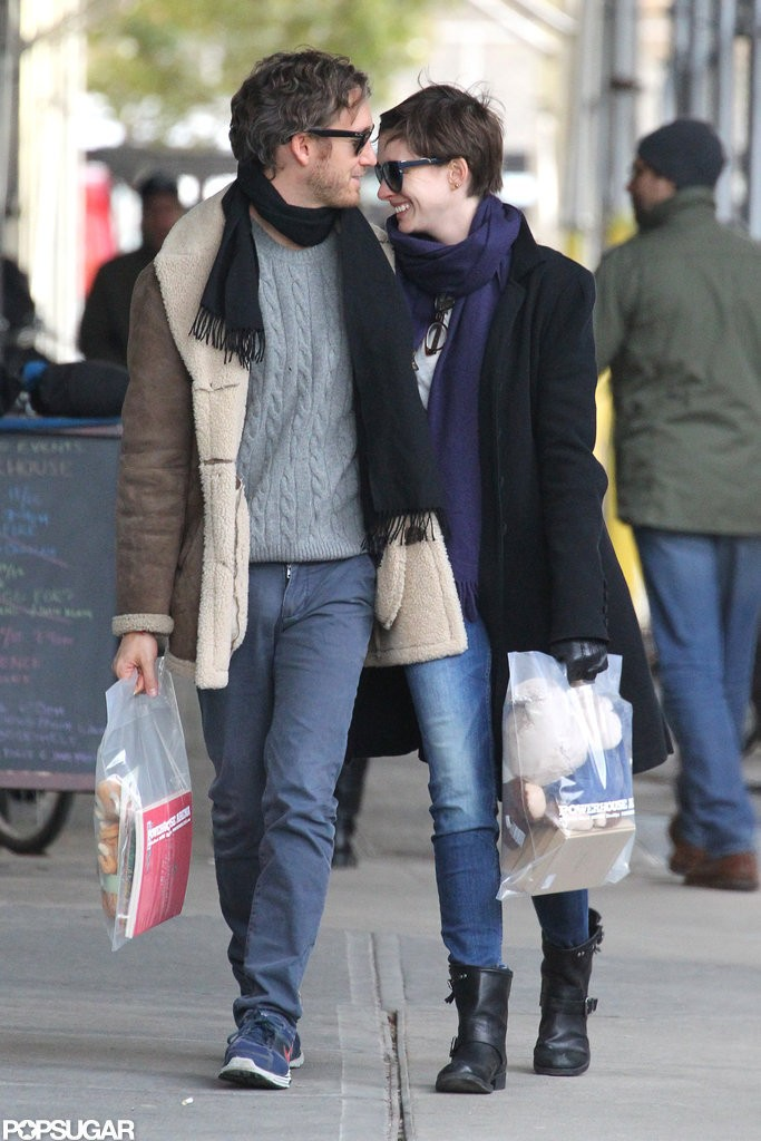 Anne-Hathaway-Adam-Shulman-Holiday-Shopping-Pictures