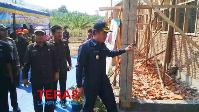 Penjabat Bupati Lampung Selatan,Kherlani, saat meninjau proyek pembangunan gedung baru PAUD di Desa Tejang, Pu;au Sebesi, Kecamatan Rajabasa.Lamsel, Rabu (18/11).