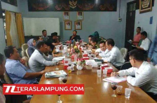 Rapat Dengar Pendapat antara DPRD bersama PT PLN dengan perwakilan PT PLN dan delapan warga yang menolak besaran ganti rugi.