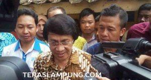 Kak Seto memberikan keterangan kepada para wartawan usai menemui keluarga Ms (10), siswi SD di Lampung Timur yang menjadi korban pemerkosaan dan pembunuhan.