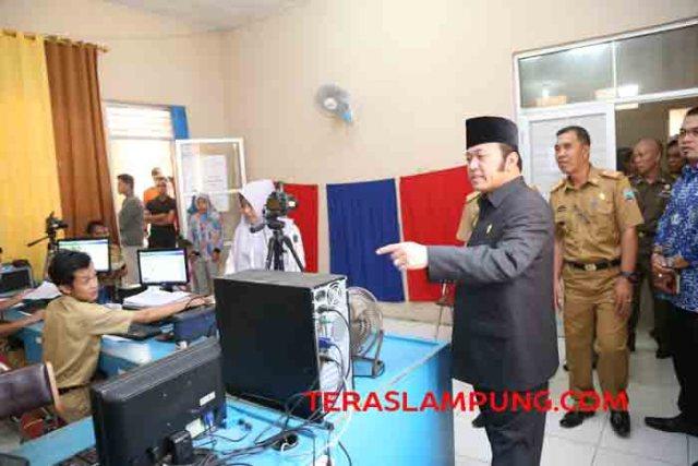 Biupati Zainudin Hasan melakukan inspeksi mendadak di salah satu kantor SKPD Kabupaten Lampung Selatan, Senin (11/7/2016).