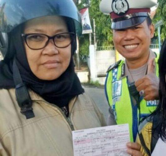 Petugas Satlantas Polresta Bandarlampung memberikan surat teguran terhadap pemotor yang membonceng anaknya tidak memakai helm saat berkendara.
