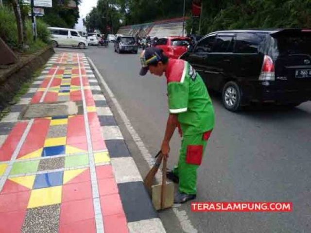 Muhammad Rison, petugas penyapu jalan di Jl. Pangeran Diponegoro Bandarlampung.