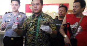Wadir Reserse Kriminal Umum Polda Lampung, AKBP Ardrian Indra Nurinta saat di Rumah Sakit Bhayangkara menunjukkan senjata api rakitan jenis revolver yang digunakan tersangka Wahyu untuk melawan petugas saat dalam penggrebekan